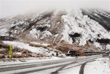 積雪で真っ白となった山肌=22日午後、阿蘇市