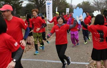 【みえ松阪マラソン1年前イベントの講習会で走る野口さん=松阪市外五曲町の鈴の森公園で】