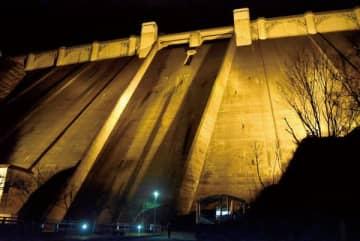 ライトアップで浮かび上がる浦山ダム=21日夕、秩父市