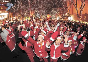 サンタクロース姿で元気にパレードする子どもたち=22日午後5時30分ごろ、仙台市青葉区の定禅寺通