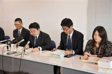 「ケアホームともづな」や、関連事業所の処分を発表する県高齢者支援課の唐戸直樹課長(左から2人目)ら=18日、県庁