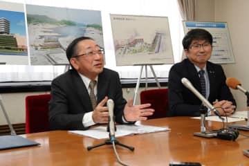 駅ビルの概要などについて説明するJR九州青柳俊彦社長(左)と田上市長=12月12日、長崎市役所