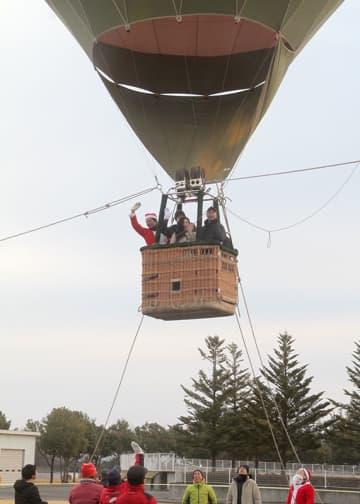 多くの家族連れが楽しんだ熱気球係留体験搭乗会