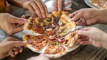 「ピザのカロリー、消費にはウォーキング4時間」 ラベル記載すれば効果=英研究