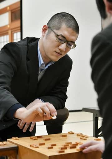 棋士編入試験5番勝負の第2局で出口若武四段に敗れた折田翔吾さん=23日、大阪市
