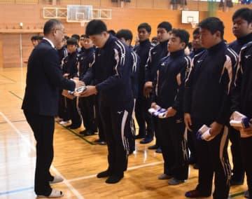 特別後援会会長の黒木敏之高鍋町長から大会用ジャージーを手渡される選手たち
