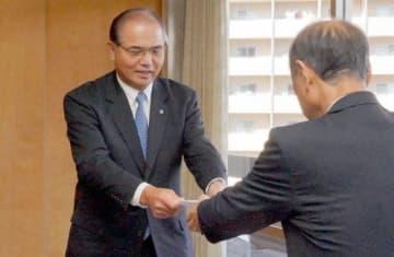 大森市長に目録を手渡す岡山丸果の花房社長(左)