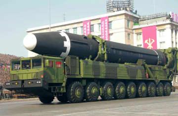 2018年2月、平壌で行われた軍事パレードに登場した新型大陸間弾道ミサイル「火星15」(朝鮮中央通信撮影・共同)