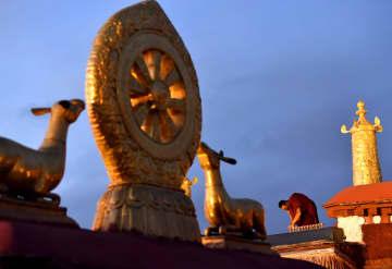 チベット仏教の信者が厳かに迎える年に1度の「燃灯節」