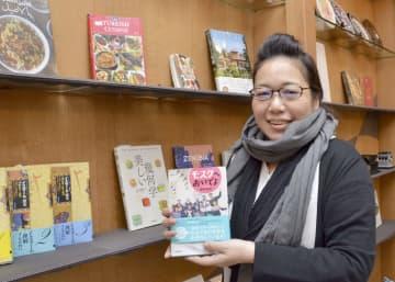 「東京ジャーミイ・トルコ文化センター」でオープンした書店を担当する西田今日子さん=9日、東京都渋谷区