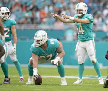 Miami Dolphins quarterback Ryan Fitzpatrick (14) signals in the second quarter against the Cincinnati Bengals on Sunday, Dec. 22, 2019 at Hard Rock Stadium in Miami Gardens, Fla. - Al Diaz/Miami Herald/TNS