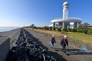 再開に向けて、被災した護岸の仮復旧が進む横浜港シンボルタワー=横浜港・本牧ふ頭