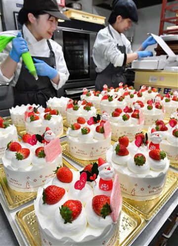 イチゴやサンタクロースの飾りがのせられ、次々と完成するクリスマスケーキ=23日午後、青森市の洋菓子店「C&Y(キャンディ)」