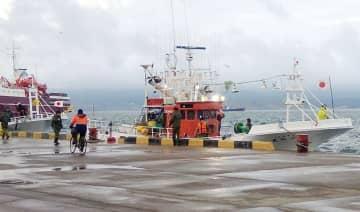 18日、国後島の古釜布に連行された日本の漁船(サハリン・インフォ提供、共同)