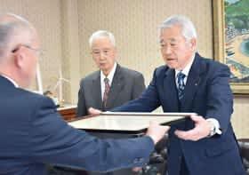 表彰状を受け取る今泉会長(右)