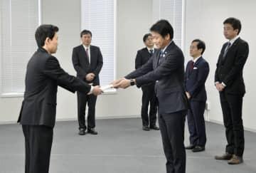関東総合通信局に「ローカル5G」の免許申請書類を提出する東京都の担当者(手前右)=24日午前、東京都千代田区