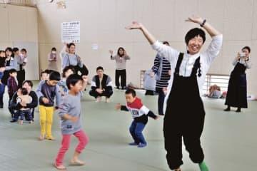 浦中こういちさん(手前)のあそび歌に合わせてダンスをする参加者=和歌山県串本町串本で
