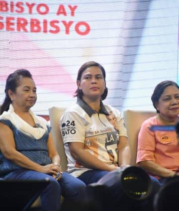 中間選挙の集会に出席したサラ氏(中央)=5月、フィリピン・ダバオ(共同)