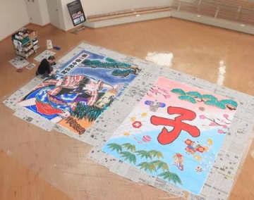 年明けから国立劇場に飾られる大凧と風間正雄さん=19日、新潟市南区