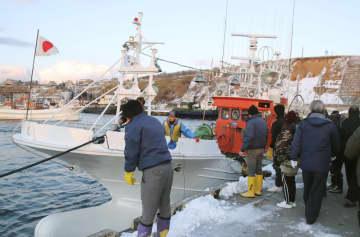 ロシア当局に連行、拿捕され、北海道根室市の花咲港に帰還した漁船=24日午後3時29分