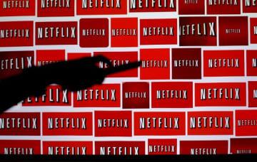 米テレビ配信サービスを利用する視聴者の大半はコンテンツを一度に平均4時間視聴するなど、テレビ視聴トレンドが変化している。写真はNetflixのロゴ、2014年撮影 - (2019年 ロイター/Mike Blake)