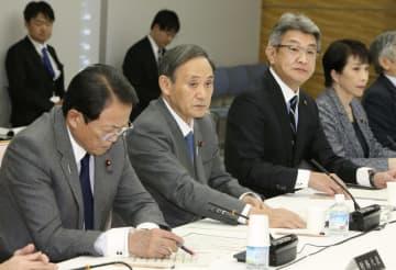統計改革推進会議であいさつする菅官房長官(左から2人目)=24日午後、首相官邸