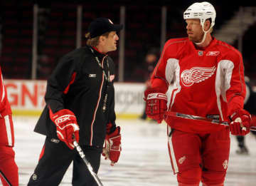 Detroit Red Wings head coach Mike Babcock, left, talks to Johan Franzen during practice for Game 3 of the the NHL Western Conference Finals in Chicago, Illinois, Saturday, May 23, 2009. - Andre J. Jackson/Detroit Free Press/MCT