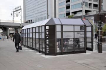 改修された指定喫煙場所=川崎市中原区の武蔵小杉駅横須賀線口