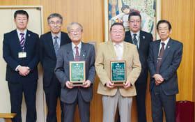 北海道社会教育委員連絡協議会表彰を受賞した畑山さん(前列右)と小塚さん(同左)