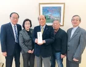 白石市自治会連合会に贈った義援金の目録を手にする中川会長(中央)