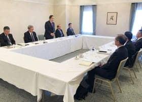 課題について説明する岩倉市長(左から3人目)ら市幹部と商工会議所の幹部(右側)