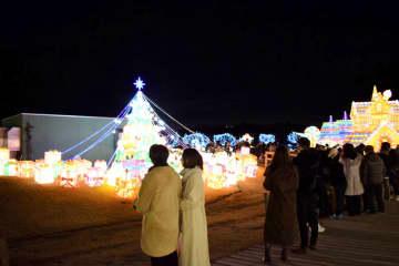 チャイナランタンのクリスマスツリーを見に集まった人たち=24日午後5時半ごろ、袖ケ浦市永吉の東京ドイツ村
