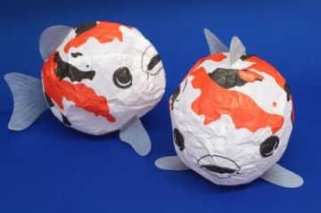 錦鯉をデザインした紙風船。模様は新潟県の形になっている