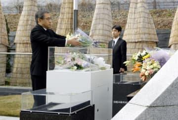 羽越線脱線事故の追悼式で献花するJR東日本の深沢祐二社長=25日午前、山形県庄内町