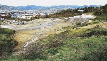 防災拠点の整備工事が進む現場(24日、和歌山県みなべ町芝から撮影)