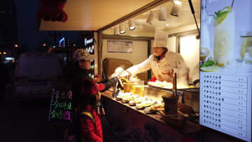 深夜の「誘惑」 B級グルメが集う歩行者天国を楽しもう 天津市