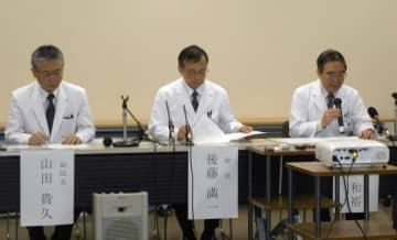 記者会見する大阪急性期・総合医療センターの関係者=25日午後、大阪市