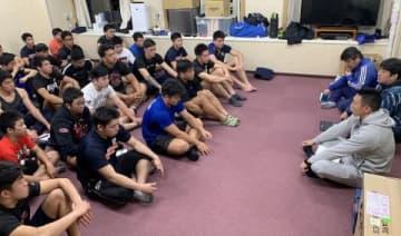 27日の試合に向け宿泊先の東大阪市内のホテルでミーティングする札幌山の手高の選手たち