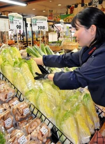 フレスタ横川店の野菜売り場。ハクサイは例年より1割程度安い