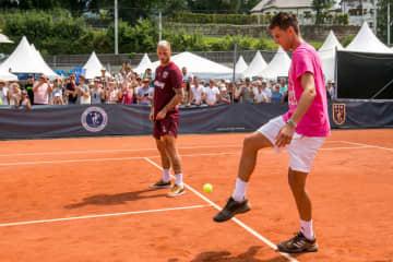 写真は2018年テニスボールでリフティングを披露するティーム