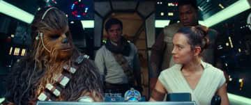 敵地に向かうレイ(リドリー、右)とチューバッカ(ヨーナス・スオタモ、左)たち PHOTO : Lucasfilm