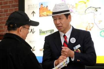 来場者に見どころを紹介する坂口社長=佐世保市、ハウステンボス