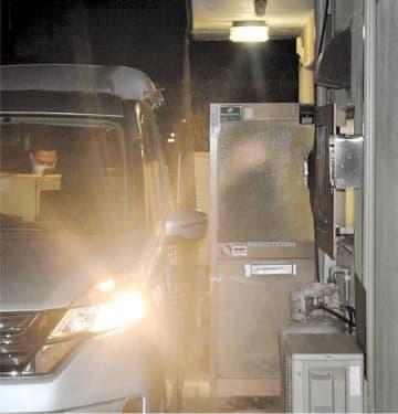 勝沼氏の事務所から段ボールを運び出す東京地検の捜査員=25日午後6時35分ごろ、石巻市駅前北通り2丁目