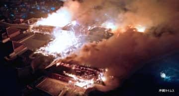(写図説明)焼け落ちた首里城正殿(中央)。手前の北殿、奥の南殿にも延焼し、激しく煙が上がった=10月31日午前5時58分、那覇市首里当蔵町(小型無人機で撮影)