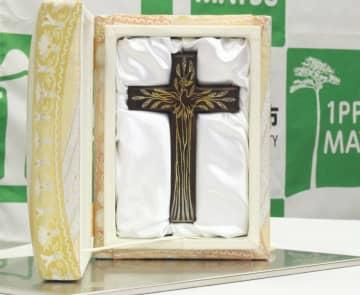「奇跡の一本松」の木片で作られた十字架