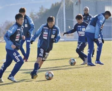 今年1月、上富田スポーツセンターで練習した横浜FCの松井大輔選手(中央)ら=和歌山県上富田町で