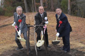 記念植樹する高野之夫豊島区長、三次真一郎市長、片桐昌英会長代行(左から)=常陸大宮市小瀬沢