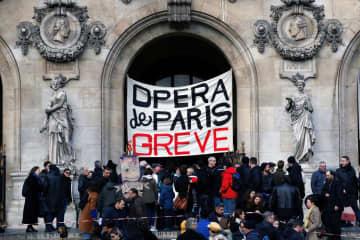 24日、パリ中心部のオペラ座で、「スト実施中」の垂れ幕(ロイター=共同)