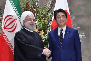 イランのロウハニ大統領(左)と握手する安倍首相=2019年12月20日午後、首相官邸