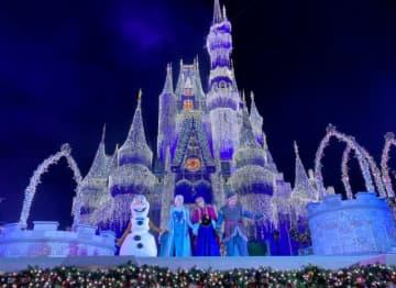 氷の魔法でキラッキラのシンデレラ城に! - 「アナと雪の女王:ホリデーウィッシュ」より